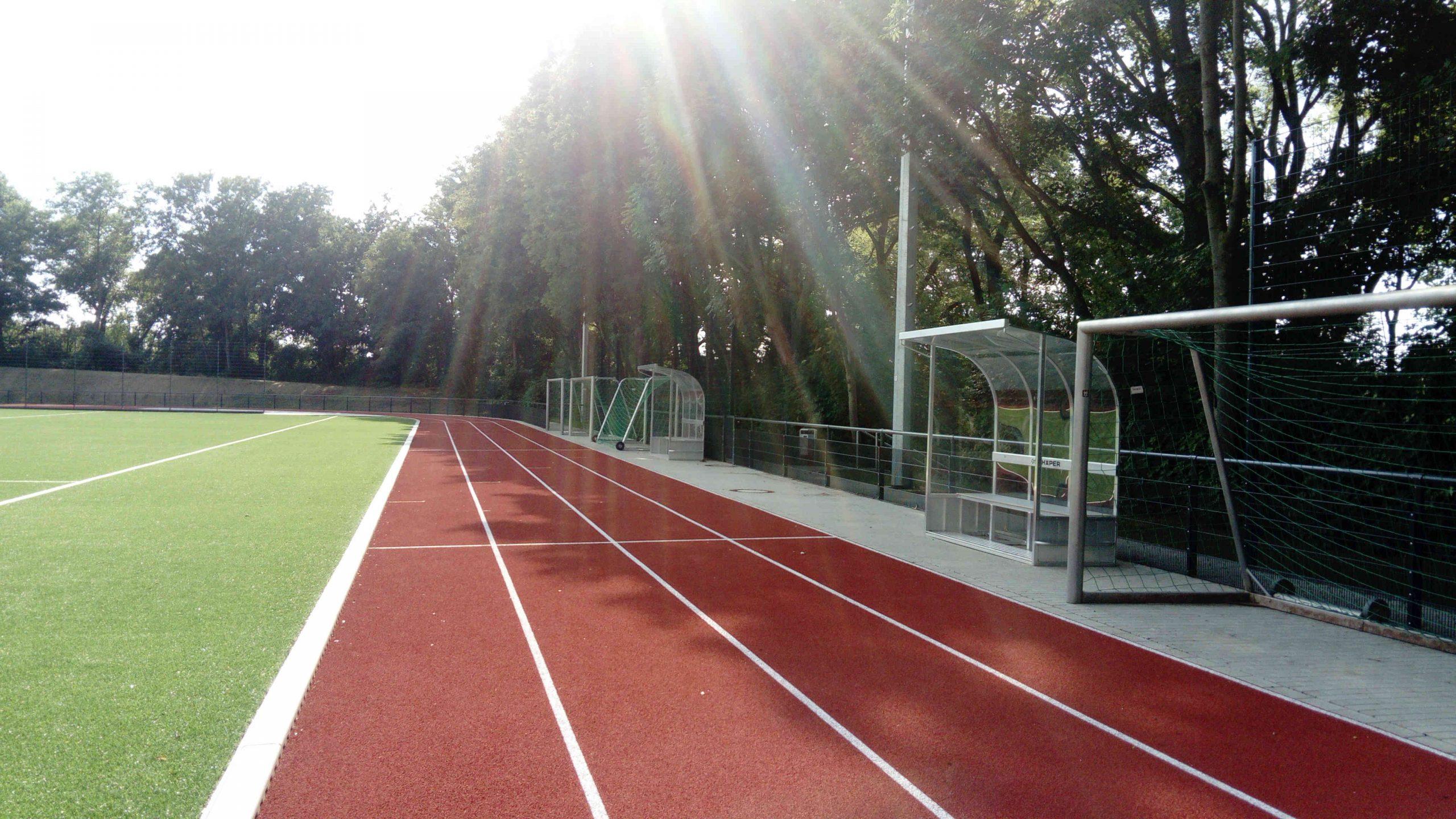 Die moderne Auswechselbank schützt sogar vor Sonne.